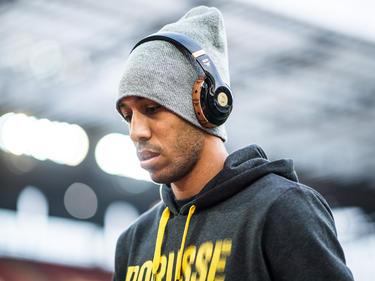 Dortmunds Top-Torjäger Pierre-Emerick Aubameyang entspannt sich mit Musik. (10.12.2016)