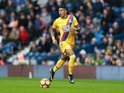 Patrick van Aanholt zoekt afspeelmogelijkheden tijdens het competitieduel West Bromwich Albion - Crystal Palace (04-03-2017).