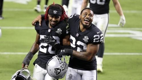 Damon Arnette (l.) und Keisean Nixon von den Raiders feiern den Sieg über die Saints