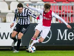 Frenkie de Jong (r.) vecht een duel uit met Freek Thoone (l.) tijdens het competitieduel Jong Ajax - Achilles'29. (15-01-2016)
