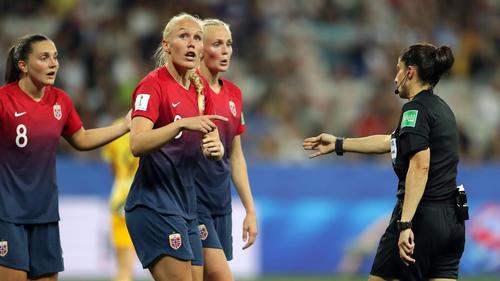 Die deutsche Schiedsrichterin Riem Hussein stand im Achtelfinale im Fokus