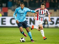 Erik Falkenburg (r.) moet in de achtervolging bij Sébastien Haller (l.) tijdens het competitieduel Willem II - FC Utrecht (22-10-2016).