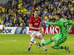 Invaller Robert Mühren (l.) is net te laat bij de bal, de keeper van Maccabi Tel Aviv heeft het speeltuig net weggetrapt. (03-11-2016)