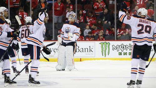 Leon Draisaitl (r.) gelingt Siegtreffer bei viertem Oilers-Sieg in Folge