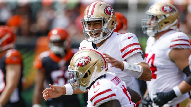 In der NFL weiter auf Siegeszug: Die San Francisco 49ers mit Quarterback Jimmy Garoppolo (M. ,oben)