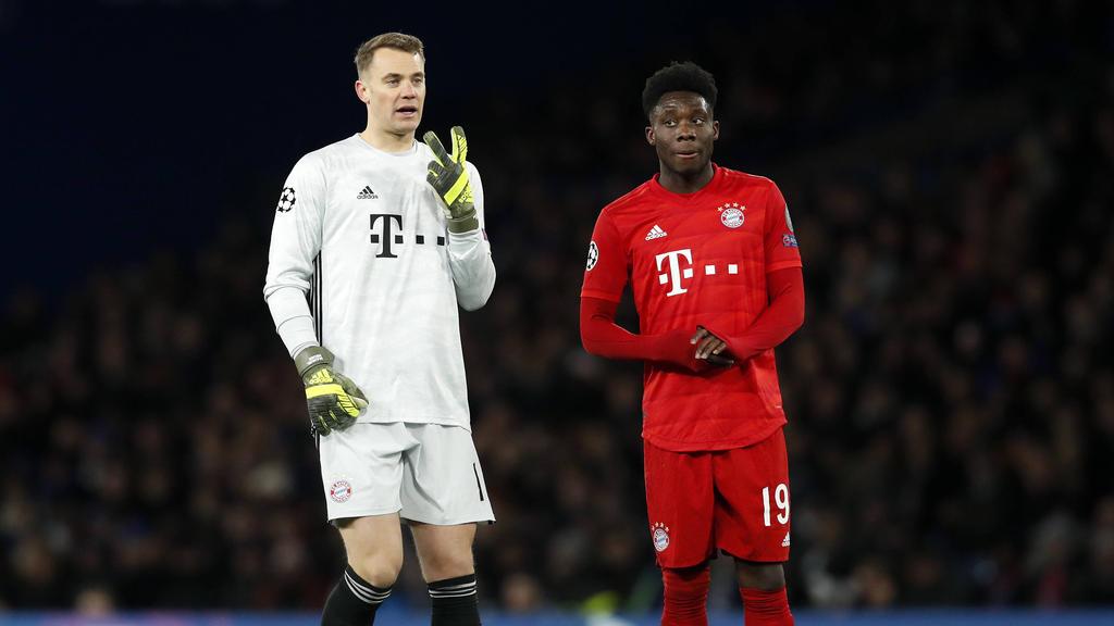 Manuel Neuer (l.) und Alphonso Davies feiern mit dem FC Bayern Erfolge