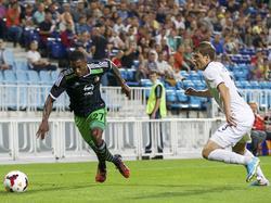Ruben Schaken (l.) snelt langs Mykhailo Pysko (r.) tijdens Zorya Lugansk - Feyenoord. (21-8-2014)