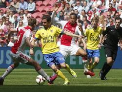 Daniël de Ridder (m.) probeert Niklas Moisander (l.) en Kenny Tete (r.) te omzeilen tijdens het competitieduel Ajax - SC Cambuur. (10-05-2015)