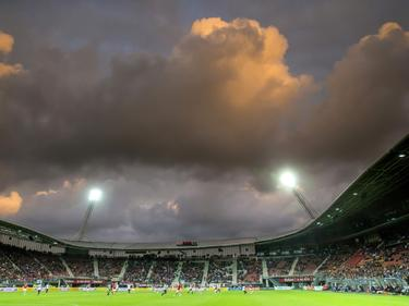 De lucht boven het AFAS-Stadion ziet er onheilspellend uit tijdens de wedstrijd tussen AZ en Astra Giurgiu. (27-08-2015)