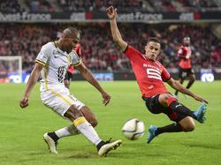 Sidibé (izq.) intenta sacar el centro frente a Zeffane en un lance del choque. (Foto: Imago)