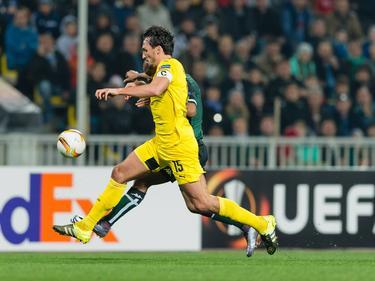 Mats Hummels im Laufduell mit einem Gegenspieler