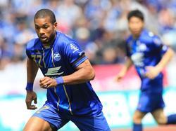 De concentratie is hoog als de Nederlander Calvin Jong-a-Pin met de bal aan de voeten loopt, tijdens de 1-0 gewonnen wedstrijd tegen V-Varen Nagasaki. (23-04-2016)