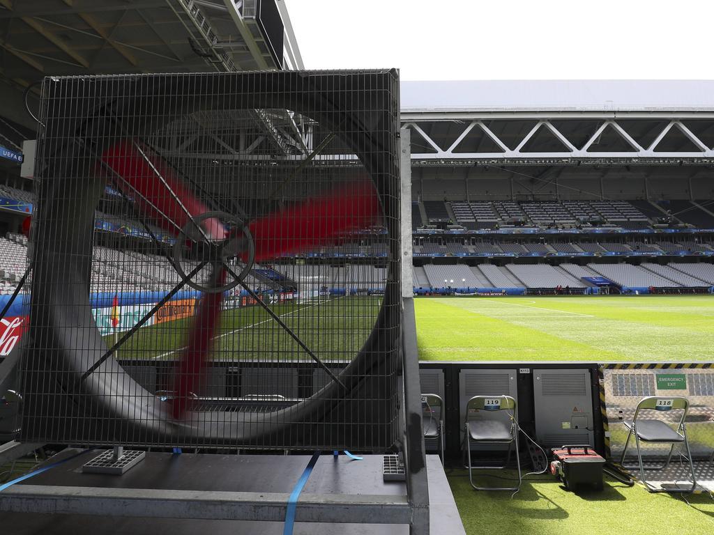 Im Stade Pierre-Mauroy wird neuer Rasen verlegt