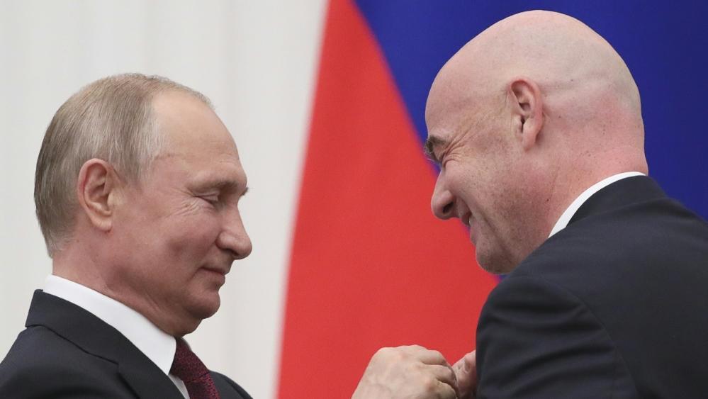 Putin überreichte Infantino den Freundschaftsorden
