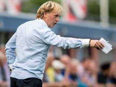 ASWH-trainer Jack van den Berg coacht zijn ploeg tijdens een oefenduel met Jong Sparta Rotterdam. (26-07-2016)
