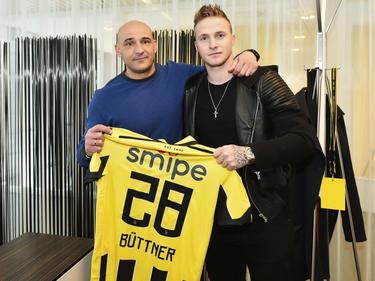 Alexander Büttner (r.) krijgt zijn nieuwe wedstrijdshirt uit handen van technisch directeur Mohammed Allach (l.) (16-01-2017).