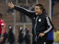 Vivas da instrucciones ante Godoy Cruz en la Libertadores.