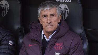 Quique Setién sentado en el banquillo de Mestalla.