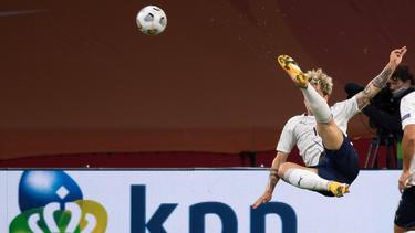 Zaniolo remata en posición acrobática en el duelo ante Holanda.