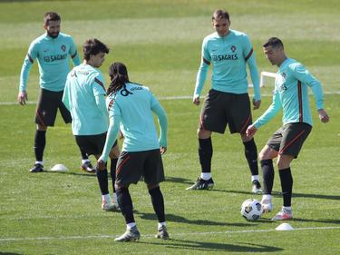 Ronaldo toca la pelota en un rondo con Portugal hoy.