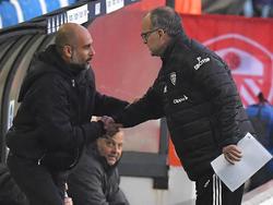Guardiola y Bielsa se saludan antes de un encuentro en 2020.