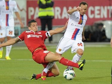 Dennis Hediger (FC Thun) im Zweikampf mit Marcelo Diaz (FC Basel) (25.9.13)