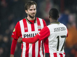 Davy Pröpper (l.) en Florian Jozefzoon (r.) zijn tevreden over het resultaat tegen Heracles Almelo. PSV wint met 2-0 in het Philips Stadion. (20-02-2016)