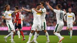Gladbachs Torschütze Lars Stindl (M) lässt sich nach seinem Tor von den Mitspielern feiern