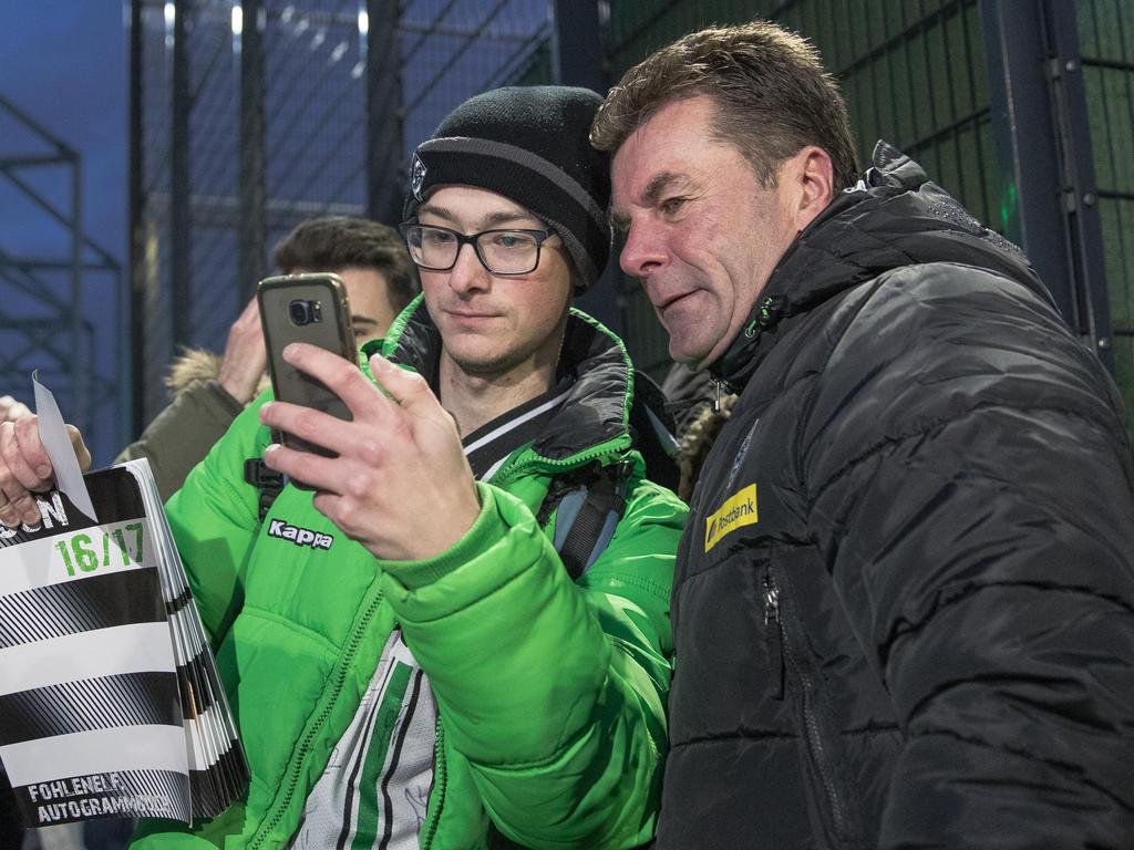 Gladbach-Coach Dieter Hecking möchte die Nutzung von Smartphones reduzieren