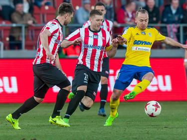 Dominik Hofbauer (r.) bleibt mit Arka Gdynia in der Ekstraklasa