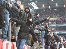 Mehrere Dutzend Köln-Fans kletterten während der Halbzeit auf die Zäune