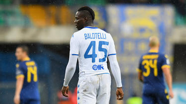 Balotelli mira hacia la grada al oír los insultos.