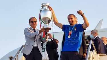 Giorgio Chiellini (r.) neben Nationaltrainer Roberto Mancini