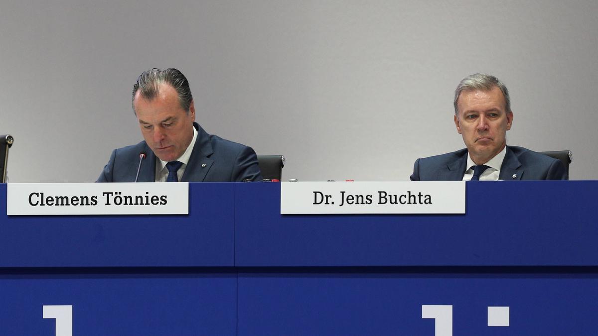 Dr. Jens Buchta (r. hier im Jahr 2017 neben Clemens Tönnies) wird den FC Schalke verlassen