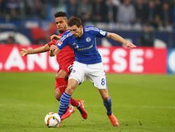 Leon Goretzka (r.) hat sich beim Spiel gegen Stuttgart eine Wadenzerrung zugezogen