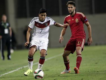 Nadiem Amiri (l.) snelt Alfonso Pedraza (r.) voorbij tijdens de groepswedstrijd van het EK u19 tussen Duitsland en Spanje. (07-07-2015)