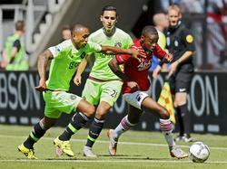 Achille Vaarnold (r.) probeert te ontsnappen aan Kenny Tete (l.) tijdens het competitieduel AZ Alkmaar - Ajax. (09-08-2015)