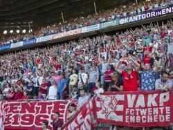 Het publiek in De Grolsch Veste laat zich horen tijdens het competitieduel FC Twente - Vitesse (08-05-2016).