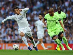 Fernando (dcha.) intenta arrebatarle el cuero a Cristiano. (Foto: Getty)