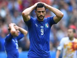 Graziano Pellè baalt van een gemiste kans tijdens het EK-duel Italië - Spanje (27-06-2016).