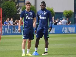 Klaas Jan Huntelaar (l.) en Breel Embolo (r.) wachten allebei tot ze aan de beurt zijn tijdens een oefening op de training van Schalke 04. (15-07-2016)