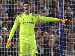Chelsea-doelman Thibaut Courtois geeft aanwijzingen tijdens het competitieduel Chelsea - Liverpool (16-09-2016).
