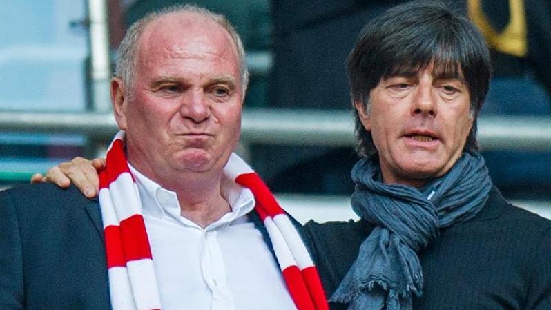 Bundestrainer Joachim Löw (r.) steht neben Uli Hoeneß in München auf der Tribüne