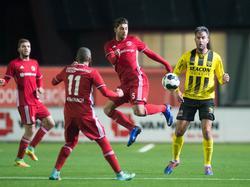 Paul Quasten (m.) is de enige die echt voor de bal gaat, waardoor Almere City balbezit houdt in het duel met VVV-Venlo. (25-11-2016)