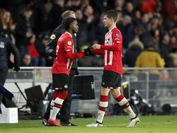 Florian Jozefzoon (l.) komt in het veld voor Marco van Ginkel (r.) tijdens het competitieduel PSV - Excelsior (14-01-2017).