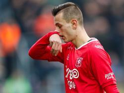 Aan het begin van de tweede helft van de wedstrijd PEC Zwolle - FC Twente wordt Bersant Celina door scheidsrechter Martin van den Kerkhof met rood van het veld gestuurd. (29-01-2017)