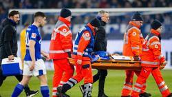 Schalkes Weston McKennie muss nach einem Zweikampf mit Frankfurts Dost verletzt vom Platz getragen werden