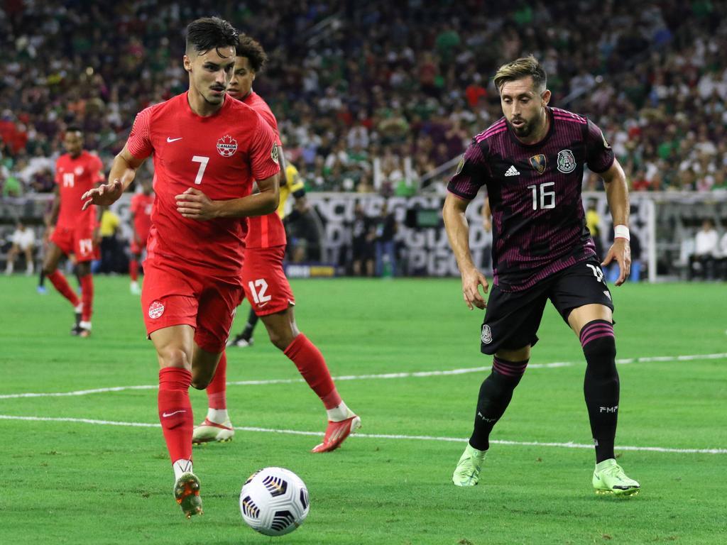 Héctor Herrera (dcha.) anotó y defendió para México.