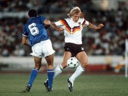 Jürgen Klinsmann (r.) - hier im Zweikampf mit Mauro Tassotti