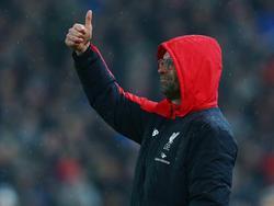 Hoofdtrainer Jürgen Klopp steekt zijn duim omhoog tijdens de eerste ontmoeting tussen Stoke City en Liverpool in de League Cup. (05-01-2016)